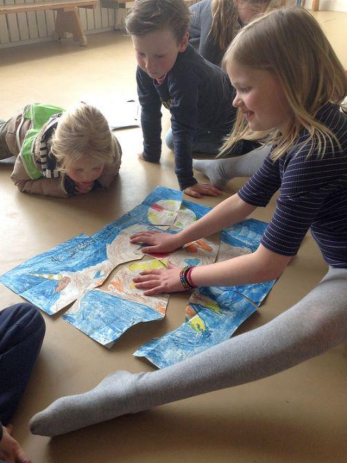 Regenweer, knutselweer. Maak samen een kleurplaat en knip hem in gekke stukken. Voilá: een zelfgemaakte puzzel.
