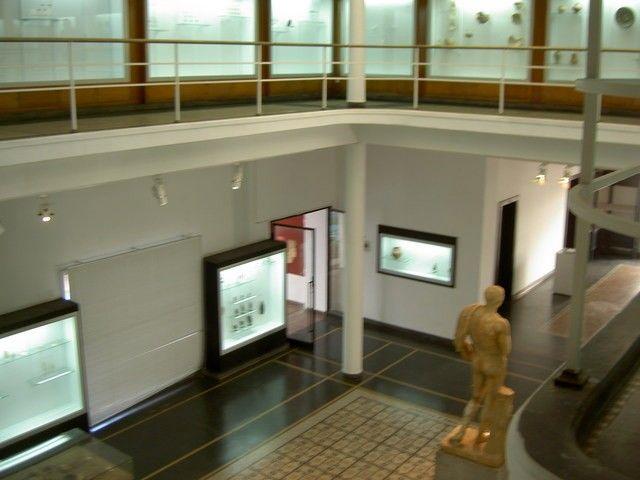 réé dans les années 30, ce musée abrite les trouvailles archéologiques mises au jour dans les différents sites fouillés à l'époque, notamment ceux de Volubilis, Banassa, Thamusida.