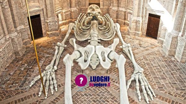 Calamita Cosmica: lo scheletro monumentale di De Dominicis a Foligno