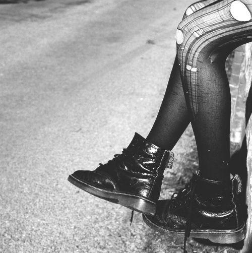 photo noir et blanc : collants noirs déchirés et docmartens, rock, punk