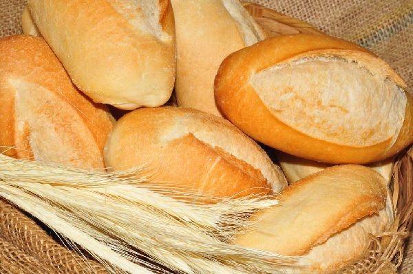 A Receita e os Segredos do Pão Francês para você fazê-lo na sua casa, a hora que você quiser, de forma prática e econômica. Experimente! Veja Também: Pão C