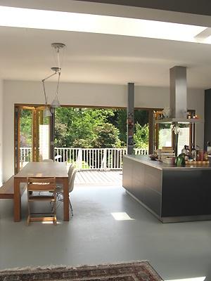 woonkeuken met mooie gietvorm en mooie doorsteek naar veranda/tuin