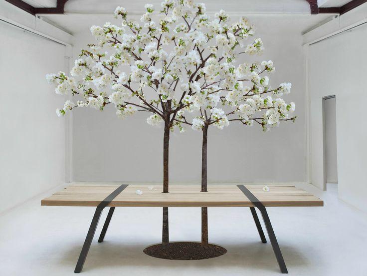 De Pi tafel van Roderick Fry, geschikt voor binnen- en buitengebruik. Het blad wordt stevig samengehouden door de stalen poten. Kijk op www.houtmerk.nl voor de mogelijkheden.
