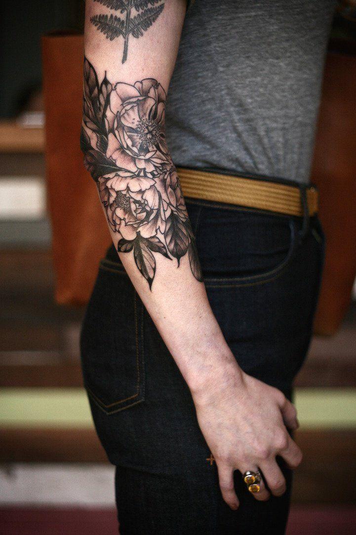 Les délicieux tatouages d'Alice Carrier inspirés par les fleurs