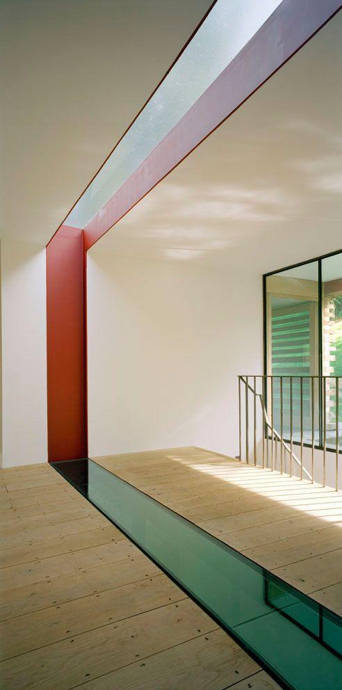 natural wood floor baords and glass floor and skylight across Suelos de vidrio #vidrio #glass #vidro