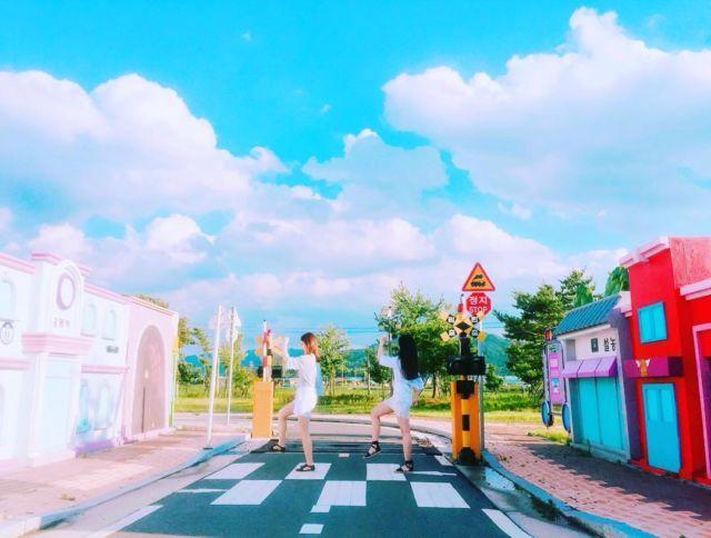 あにょん~ 皆さん、韓国旅行でたくさん写真を撮りますよね~ Twitterやinstagramに載せる人も多いのでは❔ せっかくだから、ステキなカワイイ写真を載せて、いいね!をいっぱいゲットしちゃいましょう~✨ そこで、キュレーターがおすすめしたいフォトスポット3選を紹介しちゃいます 1⃣松月洞童話村 韓国・仁川にある松月洞童話村✨ 絵本の中から飛び出してきたような村なんです ハートのトランプ騎士のベンチだったり・・・  出典:instagram@letsgocynthia 巨大なピノキオだったり・・・  出典:instagram@gaeun0209 虹色の階段だったり・・・  出典:instagram@flower.tw 壁画やベンチ、階段など至るところにメルヘンな世界が 土日はお店が開いている所が多いので、写真だけでなく、ワイワイ楽しみたい人には土日がオススメです 2⃣曽坪自転車公園  出典:instagram@0kwan_yang 忠清北道にあるミニチュアサイズの街、曽坪自転車公園⛔ ここの公園はすべて子どもサイズで作られているの...