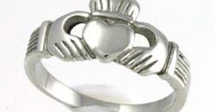 Significado del anillo de Claddagh. El anillo de Claddagh, originalmente un símbolo del pueblo de Claddagh, Galway, Irlanda, ha sido un tradicional símbolo de amor irlandés desde el siglo 17. Mantiene su popularidad como un anillo intercambiado entre parejas (como anillo de compromiso o boda) o entre familiares cercanos (reliquias pasadas de madre a hija, por ejemplo).