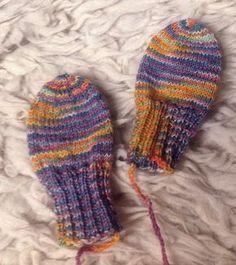 Kleine Handschuhe ohne Daumen sind praktisch und schnell gestrickt aus Sockenwoll-Resten. Befestigt man eine Schnur an den Handschuhen, die man durch die Jackenärmel zieht, verliert man auch keinen…