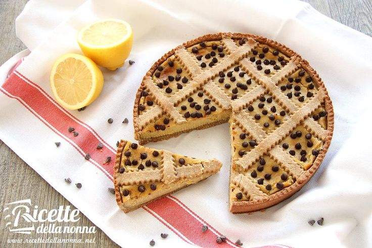 La farina di farro è la protagonista di questa crostata principale ingrediente della pasta frolla e utilizzata anche come addensante della crema pasticciera al limone.