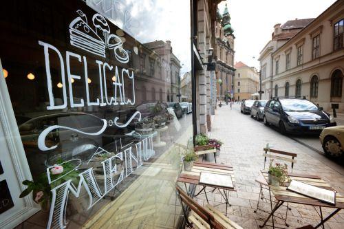 CsendesM Veggie Bistro & Cafe A.: 1053 Egyetem tér 5 (Henszlmann Imre u. 1.) O.: Mo.-Sa. 10:00-18:00 P.: +36309481488 E.: m@csend.es www.csend.es | www.facebook.com/CsendesM A múlt kedves meghittségét...