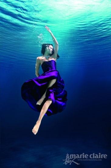 China's synchronized swimming underwater fashion photo