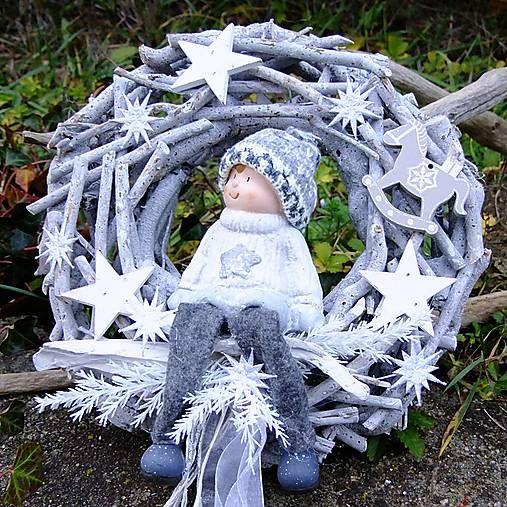 edý věnec z přírodních materiálů, zdobený krásnou figurkou  kluka v kulíšku. Dozdobeno hvězdičkami, dřevěnými ozdobičkami.  Vánoční dekorace na více sezón.  Průměr věnce 25 cm. 15 €