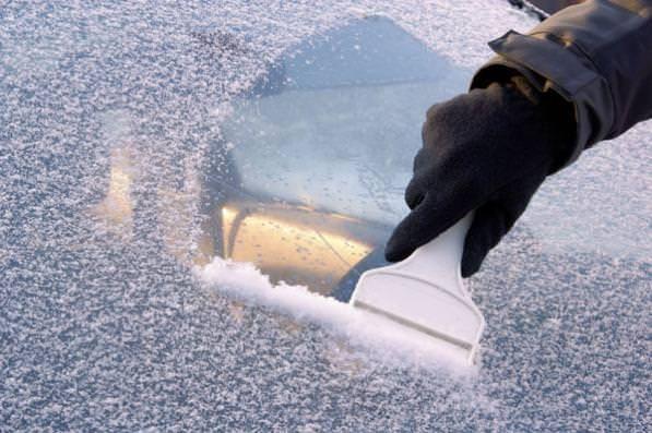 Parabrezza e vetri auto ghiacciati? Consigli su come sbrinarli velocemente. Ecco i rimedi di PitstopAdvisor per sbrinare vetri e finestrini della macchina.