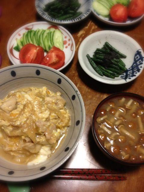 本日休肝日。親子丼、久しぶりに作った。 - 16件のもぐもぐ - 親子丼、いんげん胡麻あえ、胡瓜・トマト、なめこの味噌汁 by raku0dar