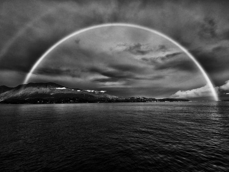 Le foto del giorno, aprile 2015 Arcobaleno Fotografia di Myriam Casper, National Geographic Your Shot  Un doppio arcobaleno sull'isola di Vancouver in British Columbia, Canada.