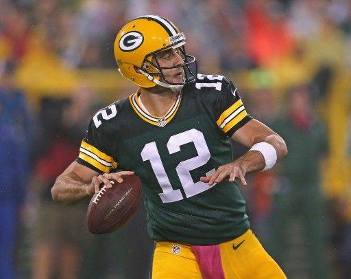 14NFL第5週、グリーンベイ・パッカーズ(Green Bay Packers)対ミネソタ・バイキングス(Minnesota Vikings)。パスを狙うグリーンベイ・パッカーズのアーロン・ロジャース(Aaron Rodgers、2014年10月2日撮影)。(c)AFP=時事/AFPBB News
