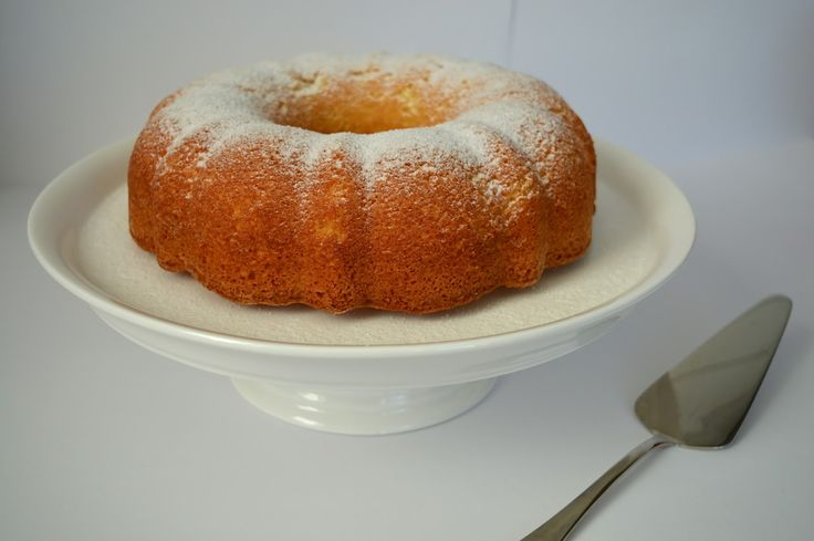 Het eerste Spaanse recept dat ik met jullie deel is die van een superluchtige en zachte cake met sinaasappel en amandel. Bizcocho is eige...