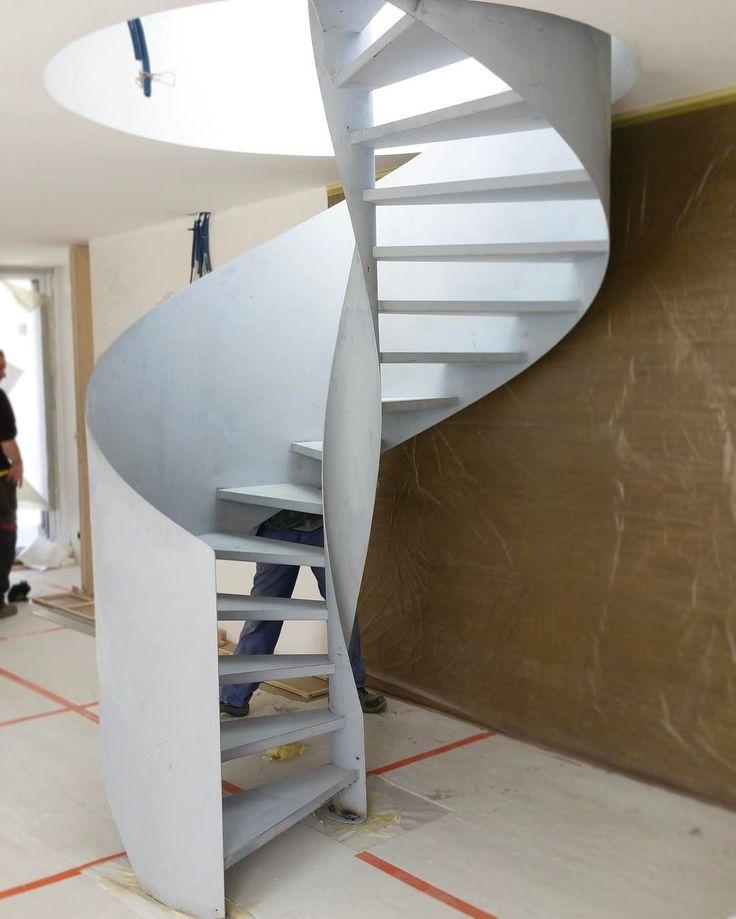 #PhotoDeChantier  Escalier hélicoïdal SPIR'DÉCO® sur Flamme Centrale installé dans un #dupleix parisien. Marches Nanoacoustic® (exclusivité Escaliers Décors®) pour éviter les effets de résonance du métal et rendre l'escalier métallique silencieux. Rampe composée d'une tôle roulée formant un fin voile métallique. Assemblage par soudage sur chantier. Escalier à peindre. #JourDePose #Escalier #EscalierDesign #EscalierContemporain #EscalierAcier  #Colimaçon #Hélicoïdal #EscalierHélicoïdal…
