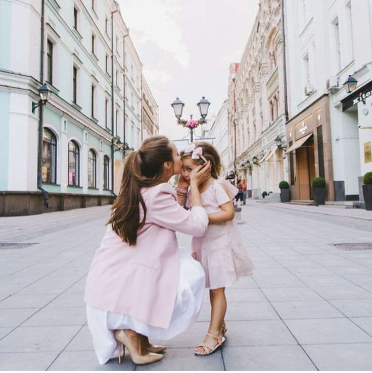 Loving the subtle matching pink on this mommy/daughter pair!