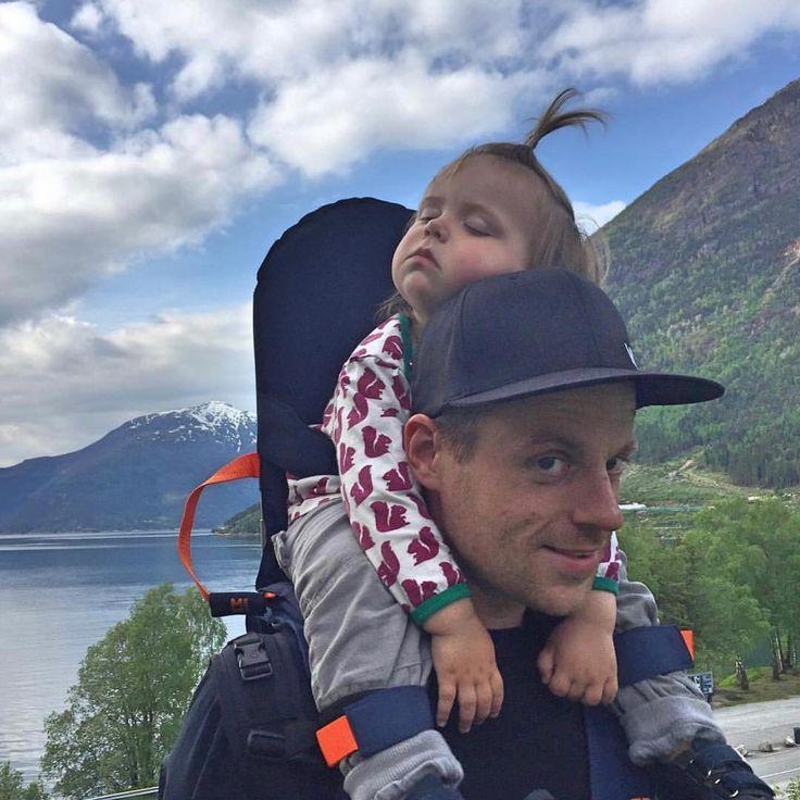 Schlafendes Baby in der MiniMeis Schultertrage, Rückentrage für Kinder
