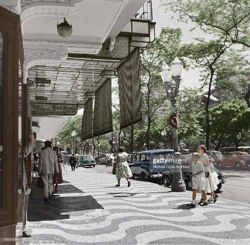 Vemos a Cinelândia dos anos 50, com destaque para uma perua Dodge. E há também um Fusca vermelho.