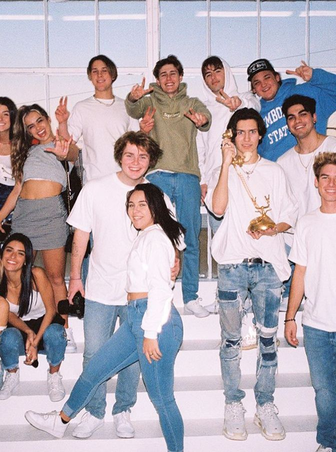 Pin By Elisa Valencia On Hype House Friend Photoshoot Celebs Cute Friends