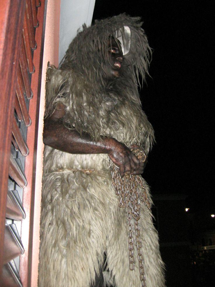 S'Urthu, l'animale, ha il consueto campanaccio ed è vestito di pelli nere o bianche, di montone o di caprone, e viene tenuto alla catena da sos Buttudos, uomini incappucciati vestiti di nero, con dei campanacci sulle spalle. Le due maschere, che compaiono per i fuochi di Sant'Antonio, mettono in scena la classica lotta tra bene e male, tra l'uomo e l'animale: s'Urthu, l'animale, cerca di scappare e di liberarsi arrampicandosi ovunque, su alberi e balconi, mentre sos Buttudos cercano di…