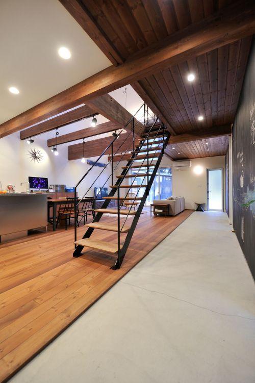 リビングとの間に仕切りがないオープンな玄関はフロアもほぼフラットでつながる一体空間