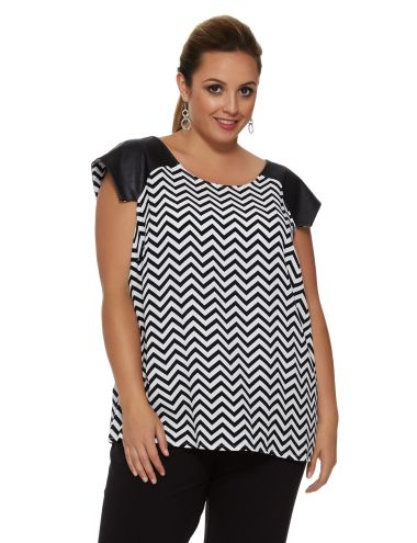 This stylish top features an all-over zig-zag print wile the sleeves are a contrast black. It is a flattering, relaxed fit.