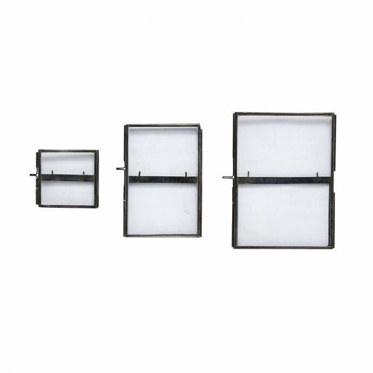 Mooi set van drie fotolijsten van Hübsch voor aan de wand. De zwarte metalen fotolijstjes zijn geschikt voor foto's van 8xh8, 10xh15, 13xh18cm. Leuk om als cadeautje weg te geven!