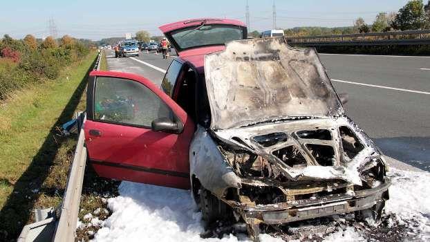 Technischer Defekt: Fiat Panda brennt auf der A2