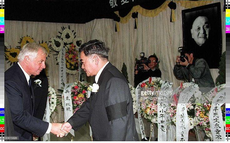ニュース写真 : Hong Kong Governor Chris Patten shakes hands with...