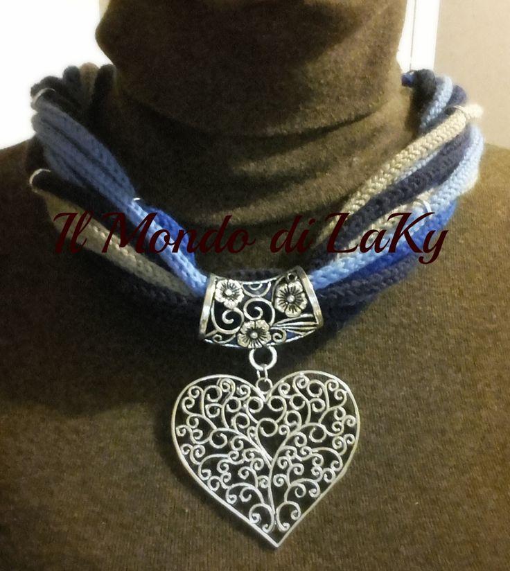 Collana in lana merino baby morbidissima azz/blu/blu elettrico/beige con ciondolo e passacorde in alluminio