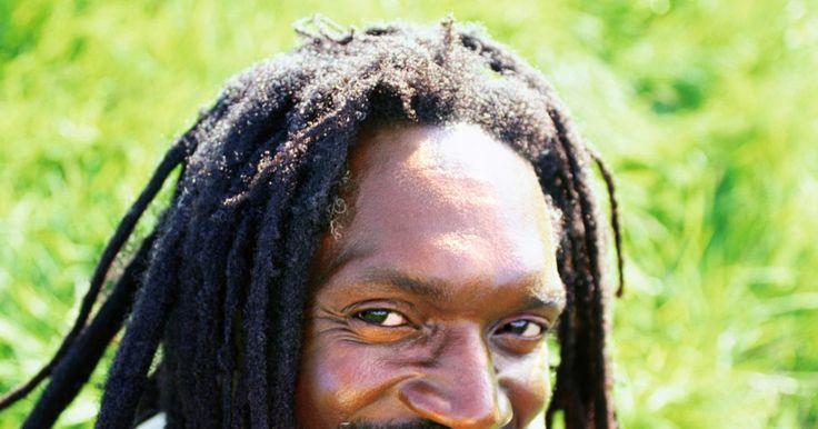 Cortes de pelo y estilos para hombres negros. Los peinados para hombres negros varían desde una cabeza afeitada hasta largas rastas o trenzas. Los hombres afroamericanos tienen que considerar el rizo natural de su cabello y la forma de su cara cuando buscan un peinado que se adapte a su estilo de vida.