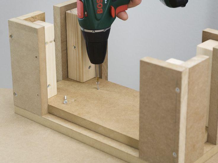 Pasul 5: Înşurubarea plăcii de şezut Executaţi cu maşina de găurit şi burghiul pentru lemn de 4 mm patru găuri în placa suport şi adânciţi-le pe partea inferioară a acesteia. Puneţi placa de şezut pe o suprafaţă netedă şi aliniaţi subansamblul picioarelor în colţuri la nivel cu aceasta. Apoi înşurubaţi placa cu subansamblul picioarelor, cu maşina de înşurubat cu acumulator şi şuruburi cu cap înecat de 3,5 x 40 mm. Taburetul propriu-zis este acum gata.