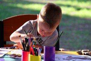 Disegnare. In natura ci sono molte cose che si possono disegnare. Prendete gli acquerelli e le matite colorate e andate all'aria aperta a lasciare spazio alla creatività. Portate con voi anche della colla, così che i bambini possano decorare con fiori, foglie o altri elementi naturali le loro opere d'arte. I bambini si divertono molto anche a disegnare con il gesso per terra.