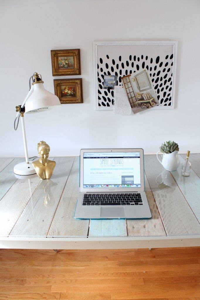 "I'm not typically a ""pallet girl"" but this pallet desk blew me away!!! DIY Pallet and Sawhorse Desk: Tutorial www.simplestylings.com"