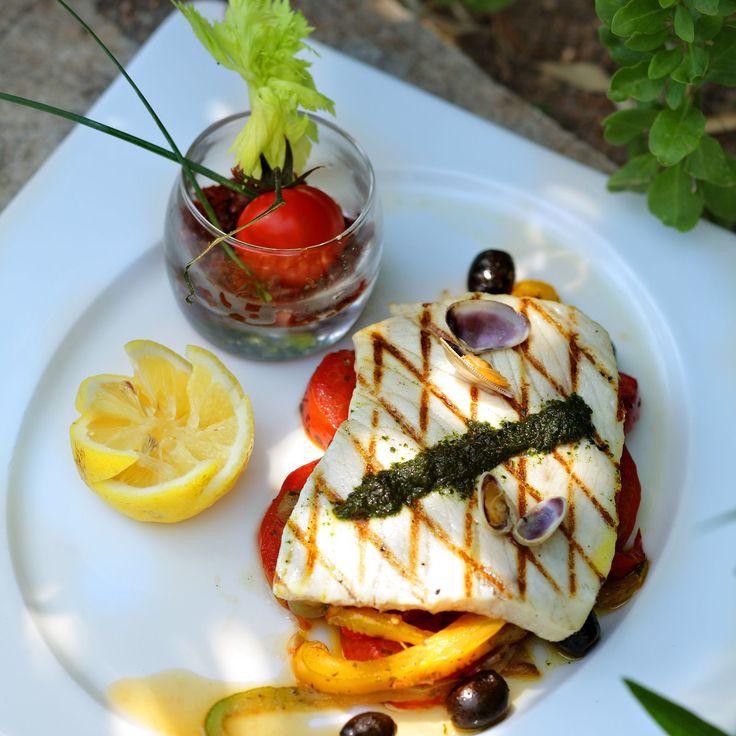 Découvrez la recette Espadon grillé, compotée de tomates sur cuisineactuelle.fr.