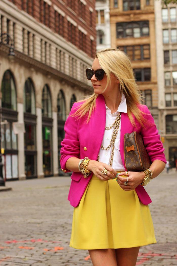 Adoro colorblocking com estes tons. Blazer pink e camisa branca combinados alegremente com uma saia de tom amarelo bem vivo! Gostei do colar completando o look.