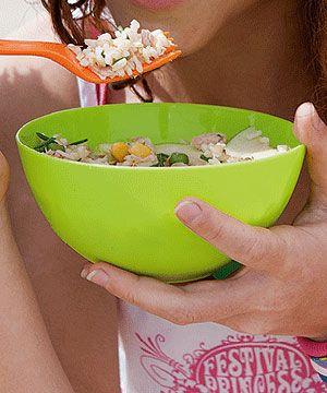 Salada fria de arroz integral - simples de preparar e ideal para levar no piquenique ou na marmita para um almoço leve.
