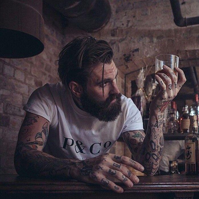 Além da camisa xadrez, o estilo lenhador tem grande inspiração nas barbas grandes. Característica principal.