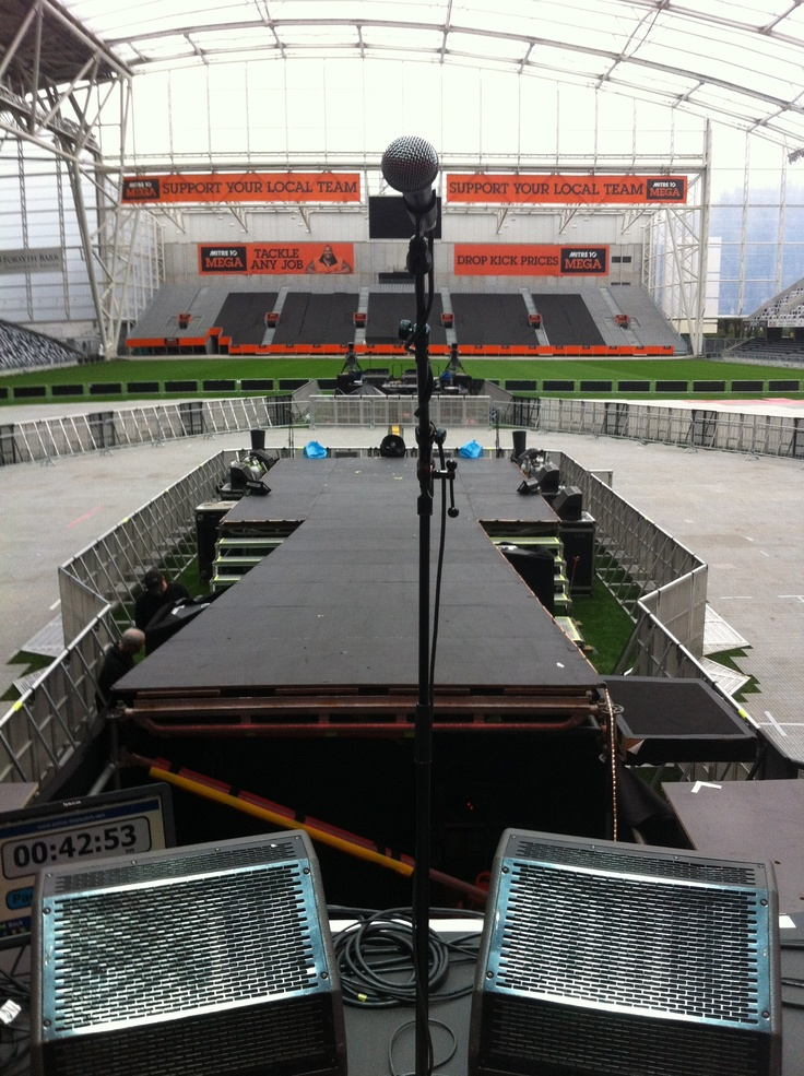 My view of Soundcheck! Just in front there's a hole... Steve Tyler watched us from there! K