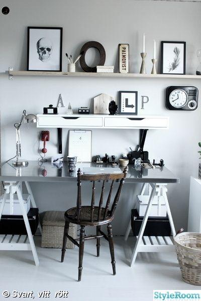 svart klocka,arbetsrum i grått och vitt,bokstäver,skrivbord ikea,vit hylla med lådor,vit hylla,vit parkett,tarkett epoque,ask golv,svartvita tavlor,prints,skrivbordstillbehör