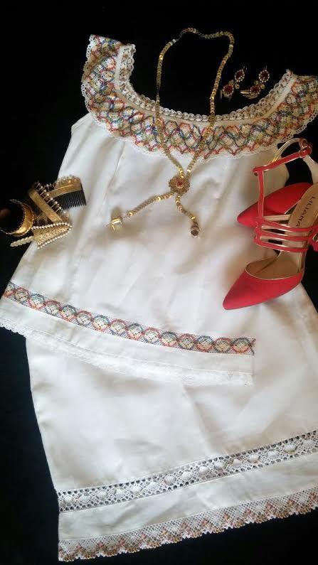 Conjunto de blusa y falda trabajadas en tela de hilo con encajes y trencillas de hilo en tonos mixtos. Siguenos en instagram @Guaira by J&T