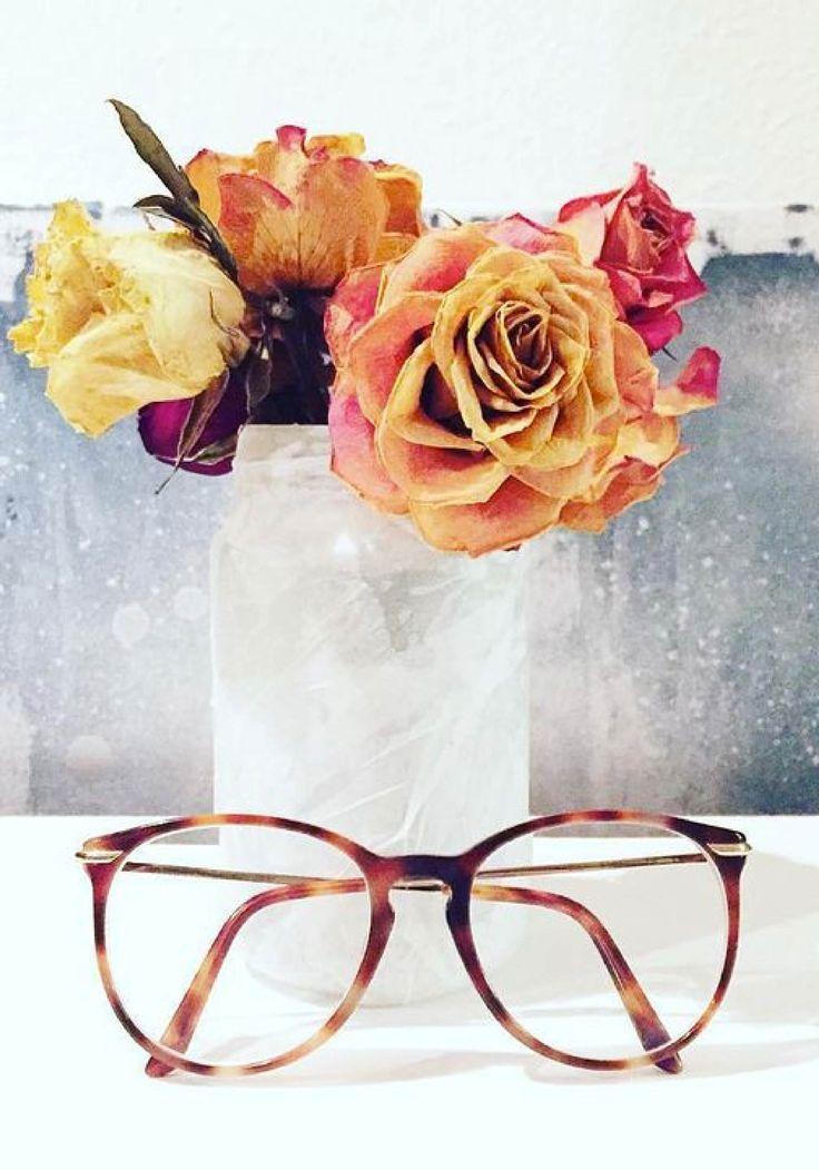 Ein schönes Blumenarrangement und eine Brille von Claudia Schiffer by Rodenstock und der Montagsblues ist Vergangenheit. Foto von @izdispiteri auf Instagram.