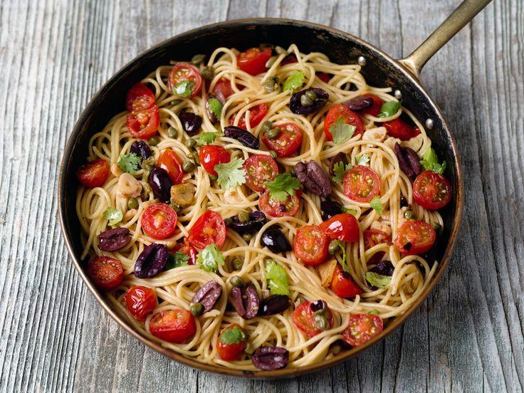 Préparation : 1. Pelez et émincez finement l'oignon, épluchez et pressez les gousses d'ail. 2. Dans une grande casserole, disposez les pâtes crues, les tomates pelées, les câpres, les o…