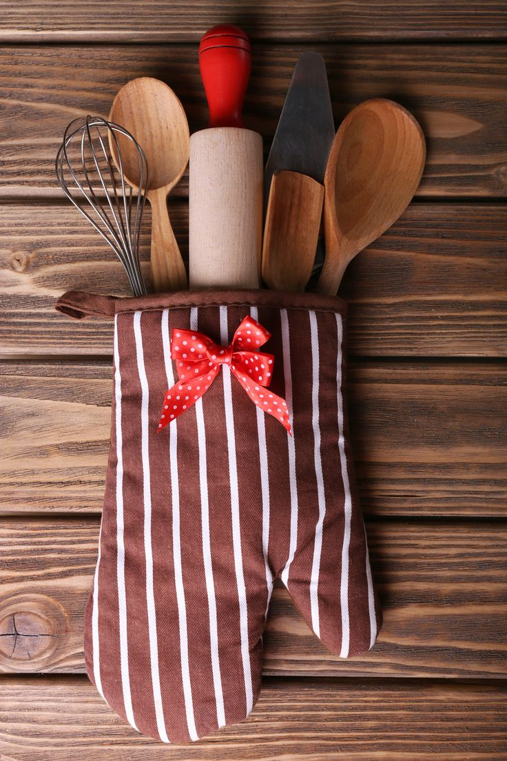 Adorable DIY Christmas party favor or prize idea: a baking supplies kit in an oven mit. Love this for a cookie exchange party.