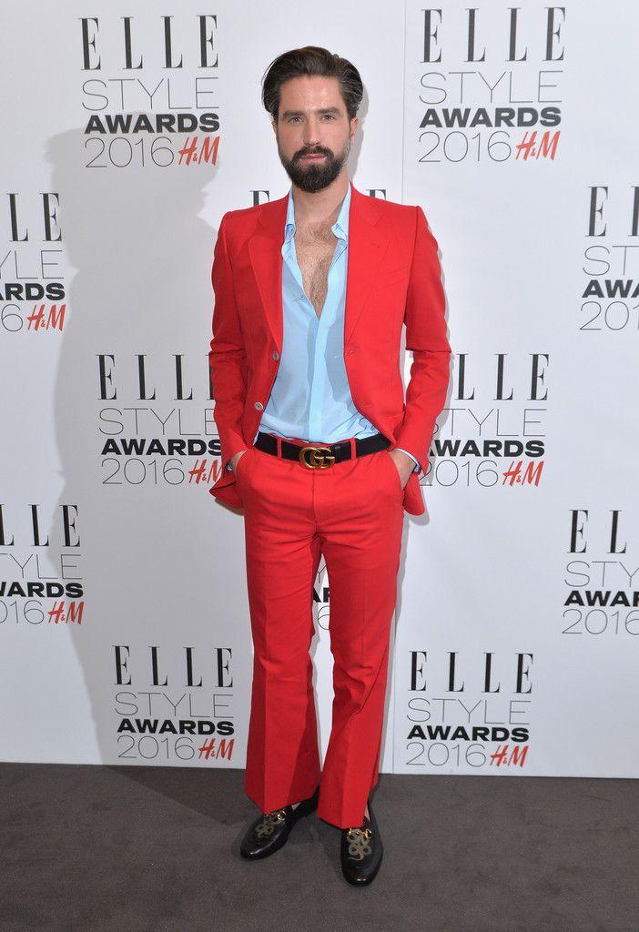 Jack Guinness lució un peculiar y colorido estilo en la red carpet del evento, luciendo un look en color rojo de la colección de primavera de Gucci.