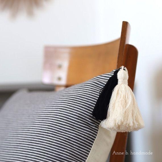 Housse de coussin ELLIE - 30X50 cm - recto rayé écru gris et pompons , verso lin écru - tendance boho