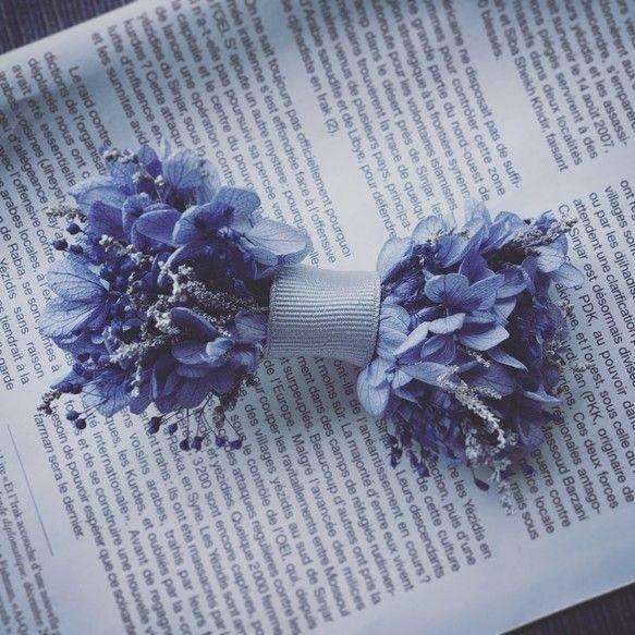 特別な日に お花の蝶ネクタイロイヤルブルーの紫陽花シルバーグレーをアクセントにネイビーのかすみ草が締めるメンズらしい大人なカラーお花つけるなんて恥ずかしい、という方でも挑戦しやすいお色ではないでしょうか専用のクリアボックスにいれて、お届け致しますクリップタイプなので装着は簡単裏面はシャツなどに色移りをしないようにお花はつけておりませんジャケットなしのシャツだけスタイルでもリボンタイをアクセントにweddingのほか、イベントやおめかしの日に、ご活用いただいておりますsize. 約9㎝プリザーブドフラワーに